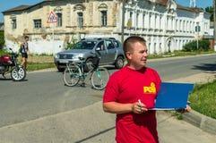 Велосипед езда в русской деревне в зоне Kaluga Стоковая Фотография