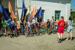 Велосипед езда в русской деревне в зоне Kaluga Стоковые Фотографии RF