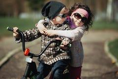 Велосипед езды мальчика и девушки Стоковое фото RF