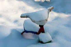 Велосипед детей в снеге Стоковые Фото