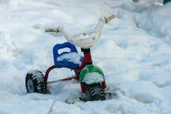 Велосипед детей в снеге стоковая фотография rf