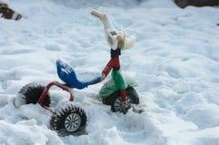 Велосипед детей в снеге стоковое фото rf
