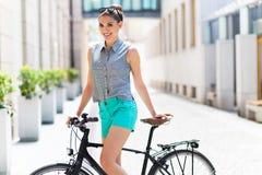 Велосипед женщины стоковое изображение rf