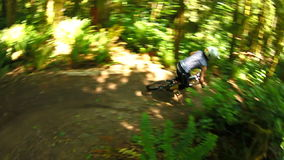велосипед задействуя гора холма вверх акции видеоматериалы