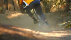велосипед задействуя гора холма вверх сток-видео