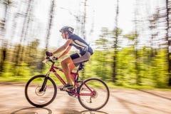 велосипед задействуя гора холма вверх Стоковое Изображение RF
