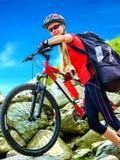 Велосипед задействуя девушка в парк Стоковое Изображение