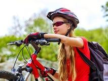 Велосипед задействуя девушка в парк Стоковая Фотография