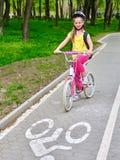 Велосипед задействуя девушки при рюкзак задействуя на майне велосипеда Стоковая Фотография RF