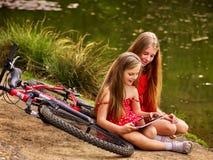 Велосипед задействуя дети Воссоздание девушки около велосипеда в парк Стоковое Фото