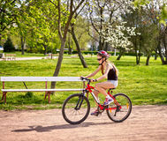 Велосипед задействуя катание шлема девушки нося на майне велосипеда Стоковое фото RF