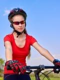 Велосипед задействуя шлем девушки нося Стоковые Фотографии RF