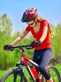 Велосипед задействуя шлем девушки нося Стоковые Изображения