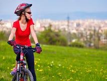 Велосипед задействуя шлем девушки нося Стоковая Фотография RF