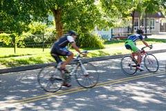 2 велосипедиста быстро проходя в прошлом Стоковая Фотография