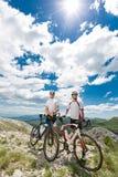 2 велосипедиста в горах Стоковое Изображение RF