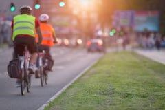 2 велосипедиста в занятой части городка Стоковая Фотография RF