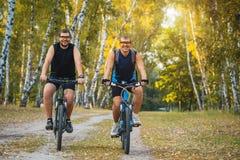 2 велосипедиста горы ехать велосипед в лесе Стоковое фото RF