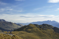 2 велосипедиста ехать вдоль ландшафта холмов Стоковое фото RF