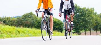 2 велосипедиста делая спорт с их велосипедами Стоковое фото RF