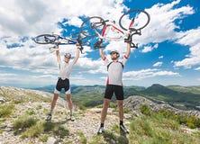 2 велосипедиста на верхней части Стоковые Изображения