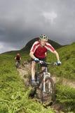 2 велосипедиста на следе сельской местности Стоковое Изображение
