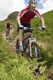 2 велосипедиста на следе сельской местности Стоковое Фото
