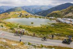 3 велосипедиста на Col de Ла Croix de Fer - путешествуйте de Франция 2015 Стоковые Изображения