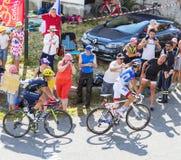 2 велосипедиста на Col du Glandon - Тур-де-Франс 2015 стоковые фотографии rf