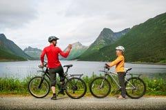 2 велосипедиста ослабляют велосипед Стоковое Фото
