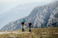 2 велосипедиста спортсменов на mountenbike Стоковое Фото