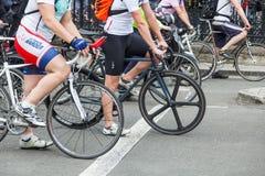 Велосипедисты в городе Стоковое Изображение