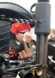 Велосипедисты делают капризный жест на его велосипеде Стоковые Изображения