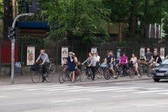 Велосипедисты ждать зеленый свет, Копенгаген, Данию Стоковое фото RF