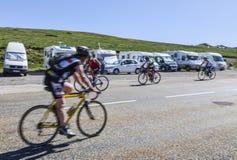 Велосипедисты дилетанта на дороге к Col de Pailheres Стоковая Фотография RF