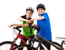 Велосипедисты - мальчик и девушка изолированные на белизне стоковая фотография