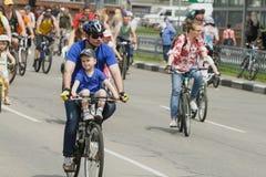 Велосипедисты на дороге в городе Стоковая Фотография