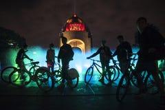 Велосипедисты на памятнике к революции стоковые изображения rf