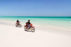 Велосипедисты на пляже Стоковые Изображения RF