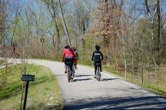 Велосипедисты на следе в Greenway реки волка Стоковые Изображения RF