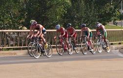 Велосипедисты на триатлоне стоковые изображения