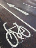 Велосипедисты на улицах Англии Стоковые Фото