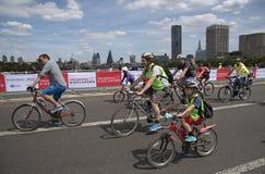 Велосипедисты пересекая мост Лондон Великобританию Ватерлоо Стоковые Изображения RF