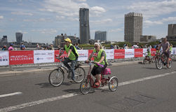 Велосипедисты пересекая мост Лондон Великобританию Ватерлоо Стоковое Изображение