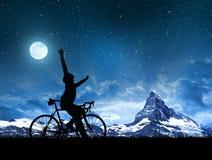 Велосипедисты силуэта с велосипедом дороги стоковое фото rf