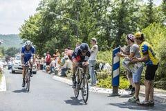 2 велосипедист во время следа времени - Тур-де-Франс 2014 Стоковая Фотография