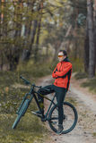 Велосипедист в лесе Стоковое Фото