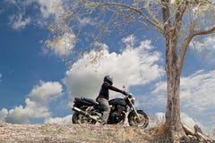 Велосипедист в дороге на сельской местности, Стоковые Изображения RF