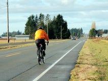 Велосипедист в сельской местности Стоковое Фото