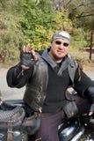 Велосипедист в черных одеждах Стоковое Изображение